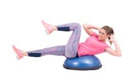 Sportfrauenübung mit einem pilates Ball Stockfotos