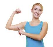 Sportfrauen-Eignungsmädchen, das ihre Muskeln zeigt. Energie und Energie. Lokalisiert. Lizenzfreie Stockfotografie