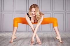 Sportfrauen-Klagenyoga Stockfotos