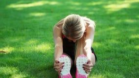 Sportfrauentraining, das Übung im Sommerpark ausdehnt Eignungsfrauenaufwärmen stock video footage
