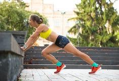 Sportfrauentraining draußen im Stadtpark Abfallzeit auf Straße Stockbild