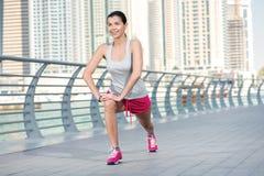 Sportgenomkörare Idrotts- kvinna i sportswearen som gör sportövning Royaltyfri Bild