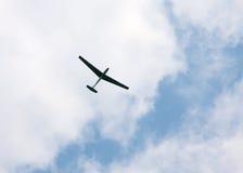 Sportglidflygplan Blanik på bakgrund av blå molnig himmel Royaltyfri Bild