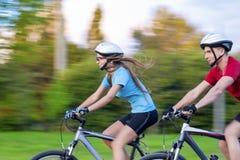 Sportidéer: Stående av utomhus- unga Sportive caucasian par Fotografering för Bildbyråer