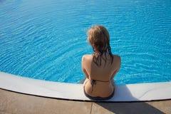 Sportief blond meisje bij het zwembad Stock Afbeelding