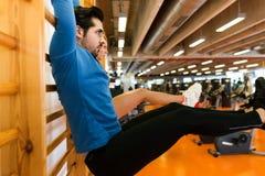 Sportief jong paar die het uitrekken in gymnastiek doen zich royalty-vrije stock fotografie