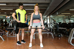 Sportief jong paar die spieroefening in gymnastiek doen stock foto