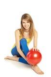 Sportief meisje met rode bal royalty-vrije stock afbeelding