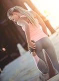Sportief meisje op straat stock foto's