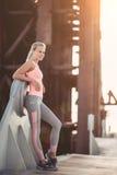 Sportief meisje op straat royalty-vrije stock fotografie