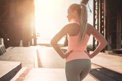 Sportief meisje op straat royalty-vrije stock foto's