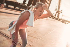 Sportief meisje op straat stock afbeeldingen