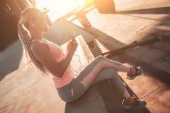 Sportief meisje op straat royalty-vrije stock afbeeldingen