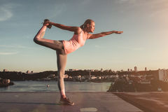 Sportief meisje op straat Royalty-vrije Stock Afbeelding