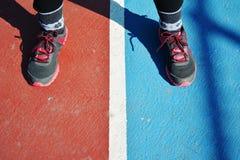 Sportief meisje in vloer stock fotografie
