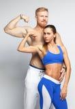 Sportief paar die hun spieren tonen Stock Afbeeldingen