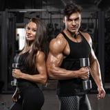 Sportief sexy paar die spier en training in gymnastiek tonen Spiermens en wowan stock foto