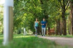 Sportieve actieve vrienden die de lopende concurrentie hebben stock afbeelding