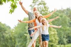 Sportieve in evenwicht brengende familie en kinderen stock foto's