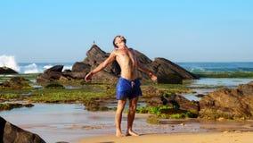 Sportieve gebaarde mensentribunes op natte zand en rek stock footage