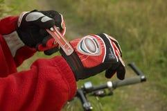 Sportieve handschoenen op handen Royalty-vrije Stock Foto's