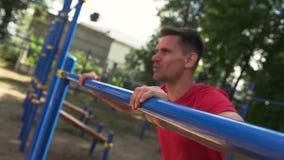Sportieve jonge mens opleiding in openlucht in de zomer zonnig park stock footage