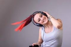Sportieve jonge vrouw die aan muziek dansen Royalty-vrije Stock Afbeeldingen