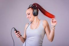 Sportieve jonge vrouw die aan muziek dansen Royalty-vrije Stock Fotografie