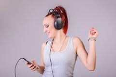 Sportieve jonge vrouw die aan muziek dansen Stock Foto