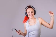 Sportieve jonge vrouw die aan muziek dansen Royalty-vrije Stock Afbeelding
