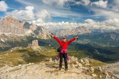 Sportieve Jonge vrouw op het Dolomietbergen van de bergsleep, Italië royalty-vrije stock afbeeldingen