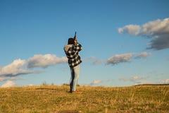 Sportieve klei en skeet Jager met jachtgeweerkanon op jacht Jagers in de herfst jachtseizoen royalty-vrije stock afbeelding