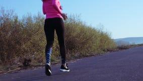 Sportieve meisjesjogging langs de rivierbank tijdens zonsopgang of zonsondergang Het gezonde levensstijlconcept atletische vrouw  stock videobeelden