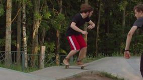 Sportieve mens die in het park op speciale golvende weg met een skateboard rijden stock video