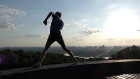 Sportieve mensendansen op een observatiedek in Kyiv in slo-mo stock footage