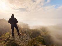 Sportieve mensenwandelaar bovenop rotsberg royalty-vrije stock afbeelding