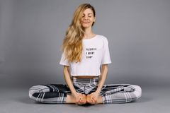 Sportieve mooie jonge vrouw het praktizeren yoga, uitwerkend dragend grijze en witte sportkleding, studio, volledige lengte Stock Afbeeldingen