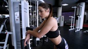 Sportieve mooie vrouw die geschiktheid doen die bij gymnastiekachtergrond uitoefenen om geschikt te blijven De motivatie van de g stock footage