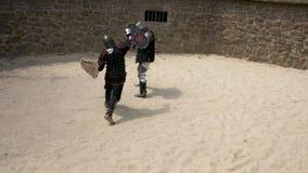 Sportieve slag van ridders met zwaarden stock videobeelden