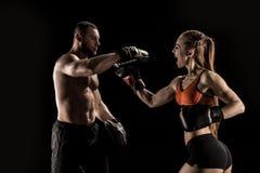Sportieve spier jonge man en vrouw die samen in dozen doen royalty-vrije stock foto's