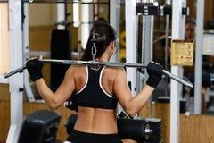 Sportieve vrouw in de gymnastiek. Royalty-vrije Stock Foto's