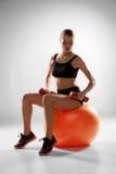 Sportieve vrouw die aërobe oefening doen Stock Afbeelding