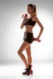 Sportieve vrouw die aërobe oefening doen Royalty-vrije Stock Foto's