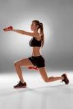 Sportieve vrouw die aërobe oefening doen Stock Afbeeldingen