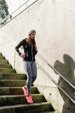 Sportieve vrouw die beneden in de stad lopen royalty-vrije stock afbeelding