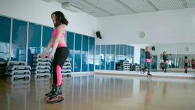 Sportieve vrouw die in de dansstudio dansen stock footage