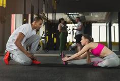 Sportieve vrouw die met haar persoonlijke trainer uitoefenen royalty-vrije stock foto