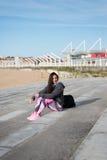 Sportieve vrouw die na training voor drinkwater rusten stock foto's