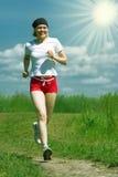 Sportieve vrouw die op gebiedsweg loopt Royalty-vrije Stock Fotografie