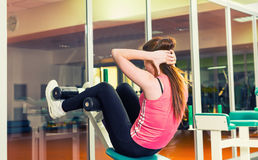 Sportieve vrouw die zitten-omhoog doen stock foto